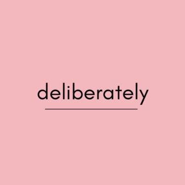 deliberatelyの意味は?使い方・例文や類義語を解説!