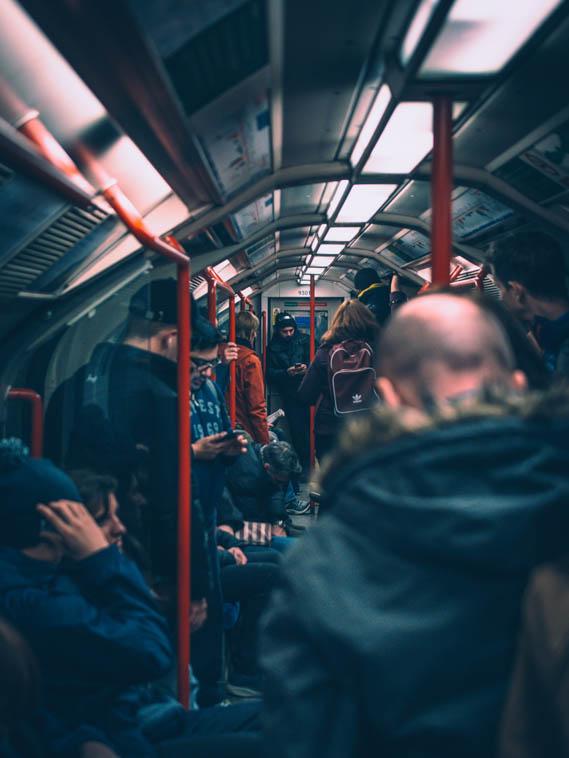 ロンドンの地下鉄車内