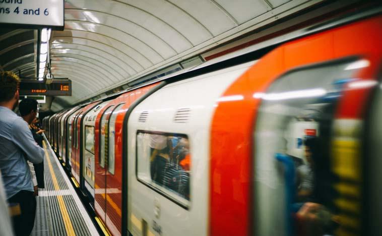 ロンドンの地下鉄で使われているイギリス英語