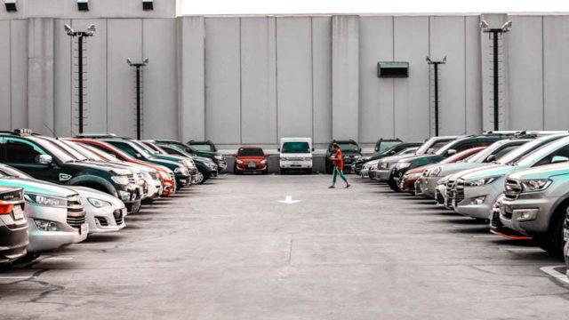 イギリス英語で「駐車場」はなんて言う? 道路関連のイギリス英語とアメリカ英語比較