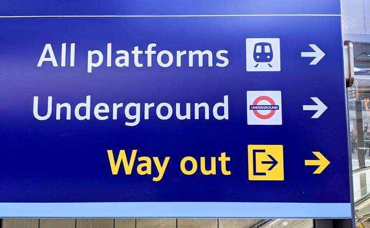 ロンドンの地下鉄・電車の出口は「Way out」